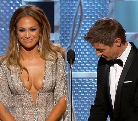 Jeremy Renner sem bírta megállni a dekoltázsbámulást, sőt, a szingli színész oda is vetette a szintén egyedülálló Jennifer Lopeznek - nyilvánvalóan a keblekre célozva -, hogy neki is vannak glóbuszai. Ki tudja, mi lesz még ebből?