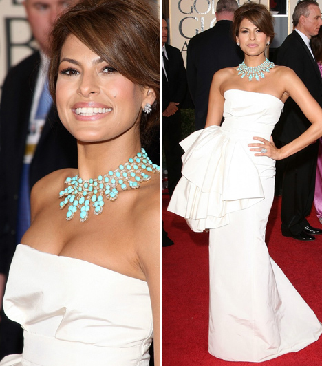 Eva Mendes - 2009  Eva Mendes 2009-ben az egyszerű, de nagyszerű jegyében választotta ezt a fehér Dior ruhát, amit csak az oldalán lévő hatalmas masni dob fel. Ügyesen egy látványos, türkiz kiegészítővel párosította.
