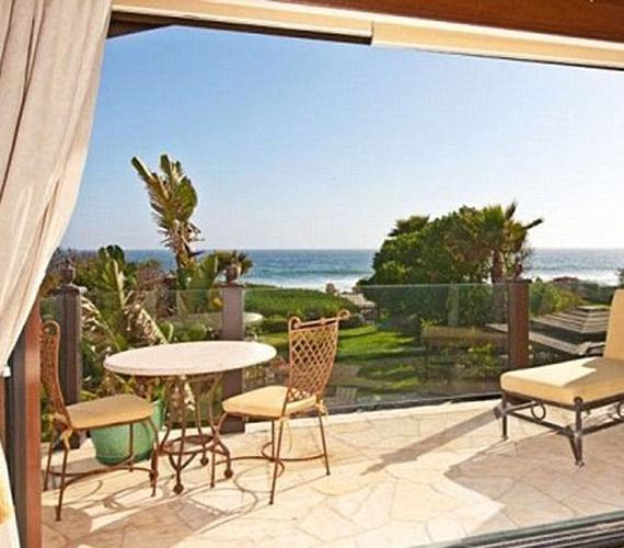 A ház egyik legszebbik szeglete a képen látható veranda, melyen üldögélve különleges látvány tárul az ember szeme elé, egy nehéz nap után ide kiülni egy pohár borral kiváló program.