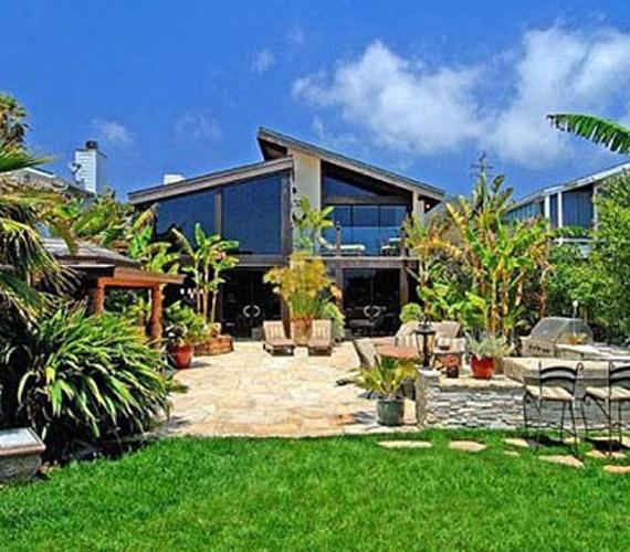 A zárt kertben gyönyörű a buja növényzet, amit a színésznő gondos tervezés alapján telepítetett oda.