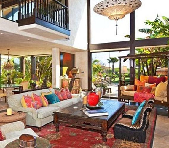 A nappali szintén a homokos dűnékre és az óceánra néz, a jól berendezett nyitott tér még különlegesebbé teszi.