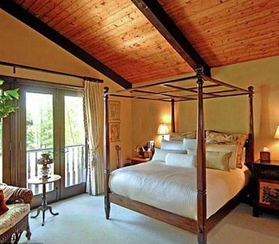 A hálószobában a nyugalmon van a hangsúly, a letisztult formák is színek már akkor is pihentetőek, ha valaki belép a helyiségbe.