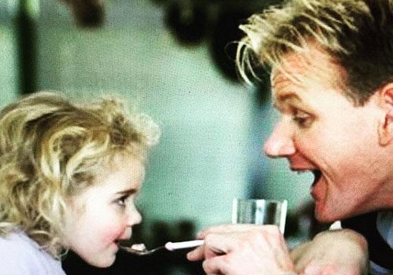 Ki más etetné legkisebb lányát, mint maga a séf. Tilly olyannyira szereti édesapját, hogy a konyhába is követi őt: az egyszerűbb fogásokat már ő is el tudja készíteni.