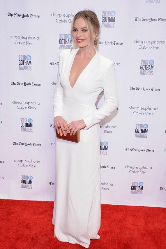 A Wall Street farkasa sztárja, Margot Robbie nem spórolt a dekoltázzsal - egyszerű, hófehér ruhájában is elképesztően szexi volt.