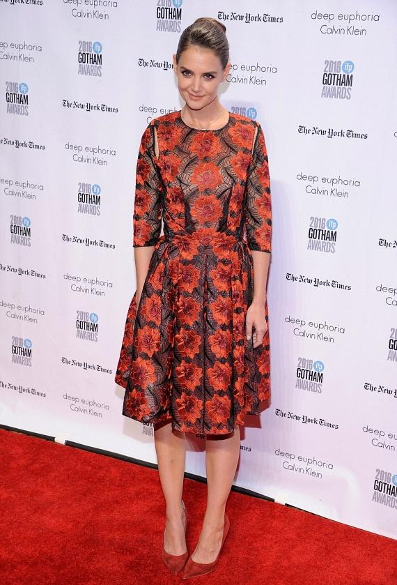 Katie Holmest ritkán látni vörös szőnyeges eseményen, a filmes díjátadón azonban még ő is feltűnt egy piros virágokkal tarkított estélyiben.