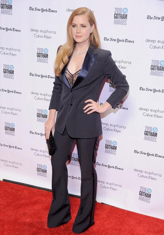 Amy Adams dögösre vette a figurát: a színésznő a kosztümje alá csak egy áttetsző, neglizsére emlékeztető darabot húzott.