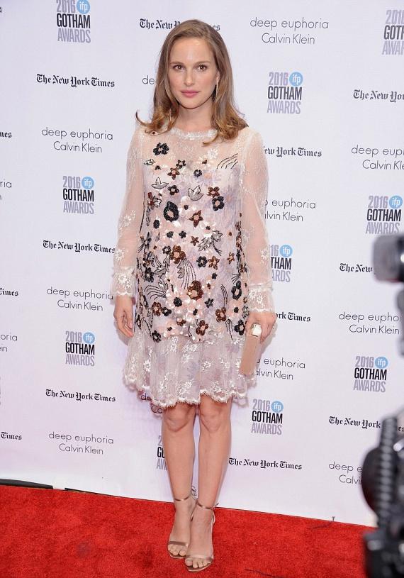Natalie Portman hatalmas babapocakkal érkezett a rendezvényre, amit jól takart ez az áttetsző, virágos ruhácska.