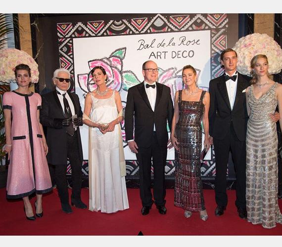 Közös fotón a bál résztvevői: Charlotte, Karl Lagerfeld divattervező - ő tervezte az idei rózsabál díszletét és kiegészítőit -, Caroline hercegnő és öccse, Albert herceg, valamint a felesége, továbbá Beatrice Borromeo és Pierre Casiraghi.