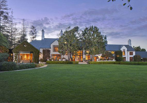 Mivel a felesége francia volt, igyekeztek a házukat is francia stílusban megépíttetni.