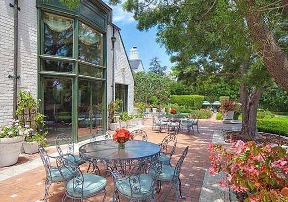 A több terasszal rendelkező házat 25 millió dollárért árulják.
