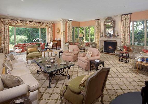 A házban hét hálószoba, kilenc fürdőszoba, több gardrób és öltözőszoba is található.