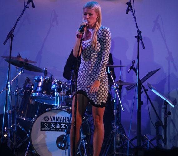 A színésznő fel is lépett az eseményen, három dalt énekelt el. Fellépőruhának a bizarr darab pont megfelelt.