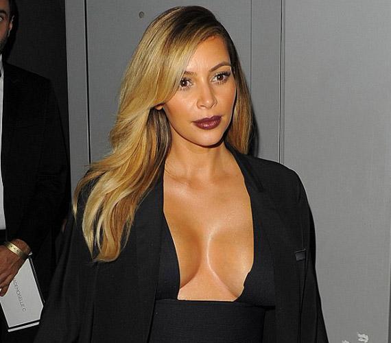 Kim Kardashian nem rejti el a világ elől méretes kebleit.
