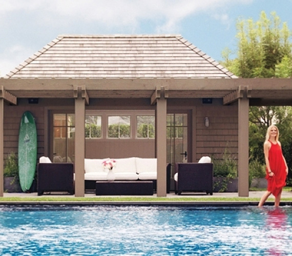 A színésznő 7000 négyzetméteres házában öt háló és hét fürdőszoba található, a hatalmas nyári lakhoz medence és kert is tartozik.