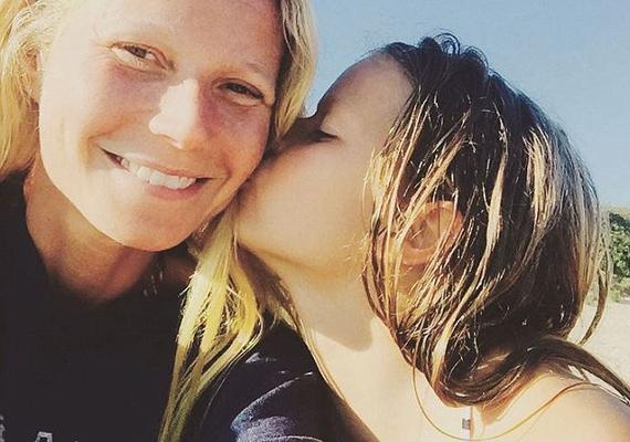 """""""Strandolás a szépségemmel!"""" - kommentálta Gwyneth a lányával, Apple-lel készült közös fotóját. A képen látszik, mekkora az összhang anya és lánya között."""