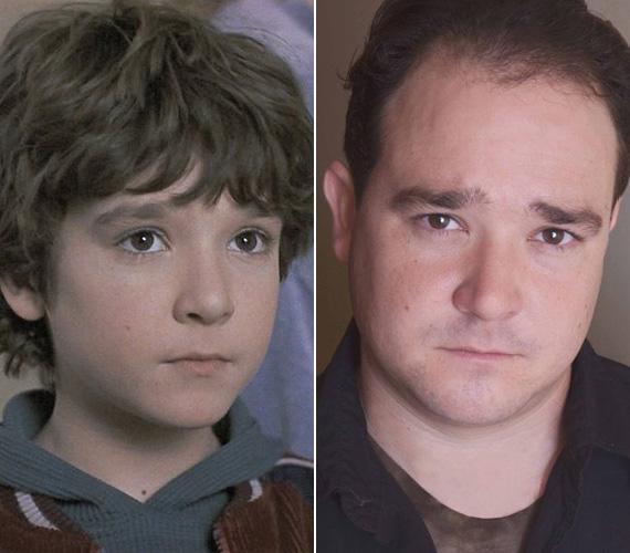 Bradley Pierce nyolcévesen bukkant fel először a képernyőn, mire a Jumanji főszereplő kisfiúját eljátszotta, már rutinos gyerekszínész volt. Ezt követően még néhány filmben felbukkant, de kinőve a gyerkőcszerepekből leginkább szinkronizál a ma már 32 éves sztár.