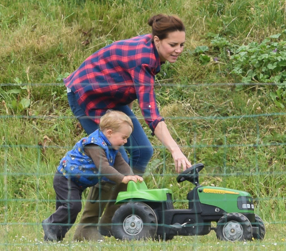György herceg július elején a Snettisham parkban cukiskodott anyukájával. A kisherceg a zöld traktorát húzta, tolta, és néha rá is állt, de egy pillanatig sem tudott megmaradni rajta.