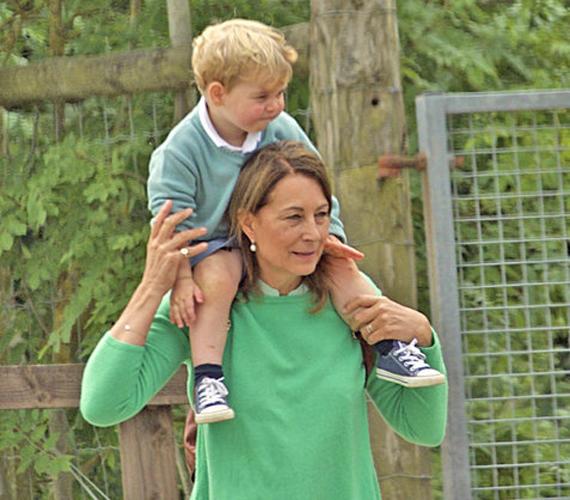 Nemcsak anyukájával, de nagymamájával is szeret eljárni György herceg. Carole Middleton állatkertbe vitte pár nappal húga júliusi keresztelője után a kis trónörököst, aki végig nagymamája nyakából szemlélődött.