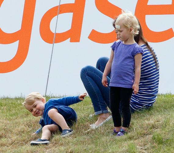 György herceg nagyon jól kijön az unokatesóival is, imád velük játszani. Itt éppen Katalin hercegnő szórakoztatja, miközben Zara Philips és Mike Tindall lánya, Mia figyeli őt. A kép akkor készült, amikor a trónörökös először látogatott el egy pólómeccsre.