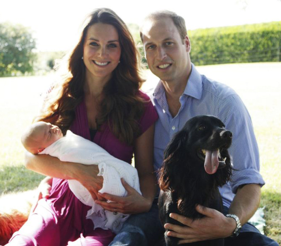Az első családi fotót Katalin hercegnő édesapja készítette. Lupo itt is helyet kapott.