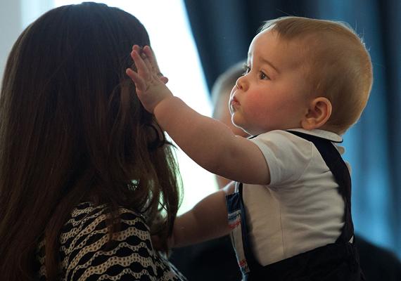 """""""A mami haja a legszebb a világon!""""- gondolhatja a nyolc hónapos kis trónörökös magában, miközben új-zélandi körútjukon simogatja anyukáját. Nem csoda, Katalin haját sokan irigyeljük."""