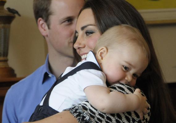 Ezen a képen is látszik, hogy mennyire jó természetű kisfiú György herceg. Az ekkor még csak nyolc hónapos trónörökös olyan szeretettel bújik az édesanyjához, hogy azt öröm nézni.