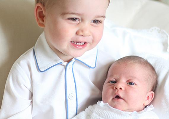 Új jövevény a királyi udvarban - május óta újabb kisgyermek kacajától zengnek a palota falai, és György láthatóan nagyon örül húga, Charlotte hercegnő érkezésének.