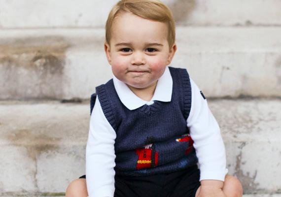 Még senki sem festett ilyen aranyosan kötött pulóverben! El kell tehát ismernünk, hogy már nem csak a mama a divatdiktátor a családban; miután meglátták György herceg fotóit, ezt a kis mellénykét percek alatt elkapkodták az üzletekből.
