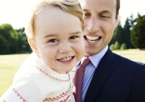 Apja kezében igazán elemében van a kis trónörökös! A fotó elkészültekor éppen kétéves György herceg a papa unszolására megvillantja nekünk tüneményes kisegér-mosolyát is.