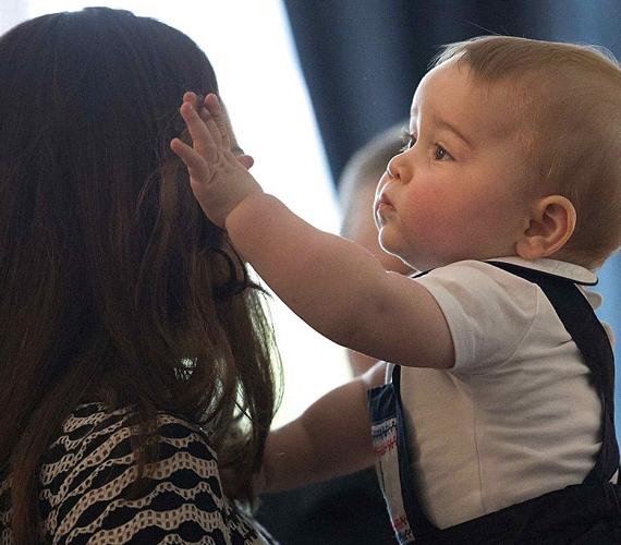 György herceg szeretettel simogatta édesanyja arcát.