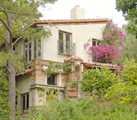A mesés házat burjánzó növényzet veszi körül, mely igazi vadregényes hangulatot varázsol a telken.