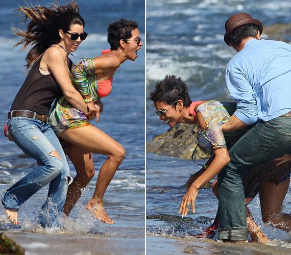 A színésznőt még a lesifotósok jelenléte sem zavarta, jókedvűen kergetőzött a vízben barátnőjével és szerelmével, Olivier Martinezzel.