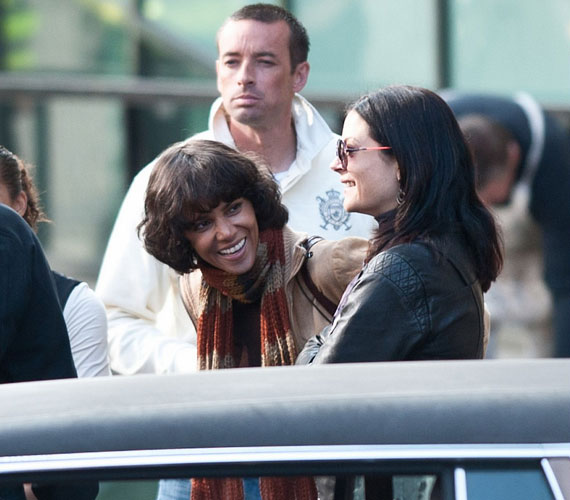 Az amerikai premierre még sokat kell várniuk az érdeklődőknek, a filmet ugyanis csak 2012 októberében mutatják be a tengerentúli mozik.
