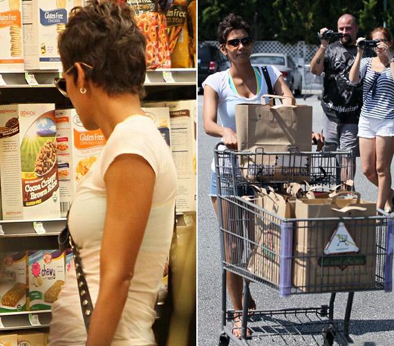 Bár napszemüvegét az áruházba érve sem vette le, a fotósok itt is megtalálták, a parkolóban pedig az önjelölt operatőrök vették célba.