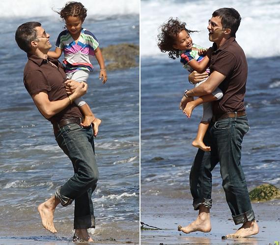 A tündéri kislány édesanyja barátjával, Oliver Martinezzel is jól kijön, legutóbb Malibu partjainál bohóckodtak együtt.