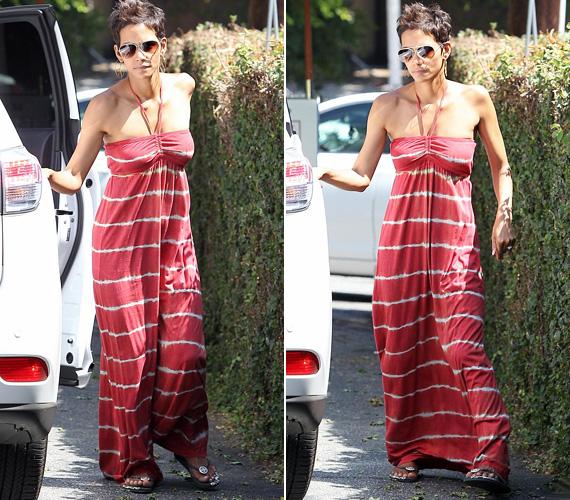 A színésznő nem domború pocakját vagy pluszkilóit rejtegeti a lágy esésű ruha alatt, legutóbbi bikinis fotóin ugyanis jól látszik, hogy egy igazi bombázó.