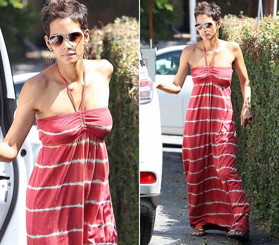 A szexis színésznőn minden jól mutat, könnyed, piros, nyári maxiruhában is észbontóan fest, ráadásul még melltartóra sincs szüksége.
