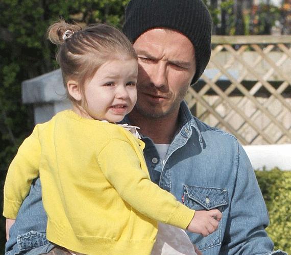 Édesapjával, David Beckhammal is kiruccant már a sárga pulcsiban.