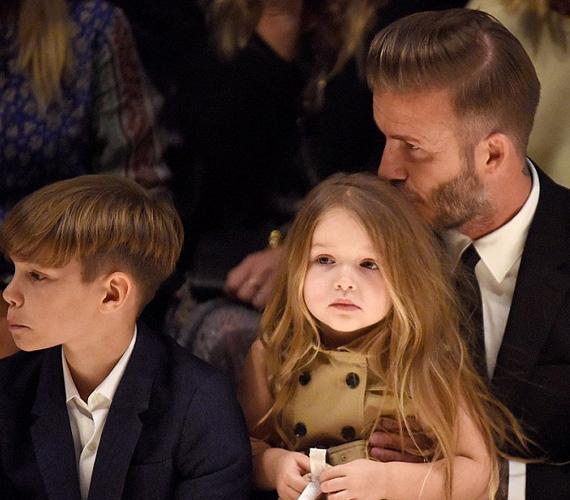 Persze az édesapja is teleszórta puszikkal a kicsi lányát, aki tündérien festett a gombos ruhájában.