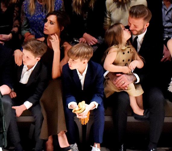 Míg a fiúk és híres mamájuk a divatbemutatót követték, addig Harper inkább apukáját puszilgatta.
