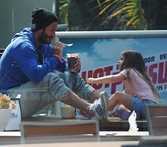 A héten korábban lesifotósok kapták le a sztárapukát és kislányát, amint élvezettel fagyiztak egyet a napsütésben.