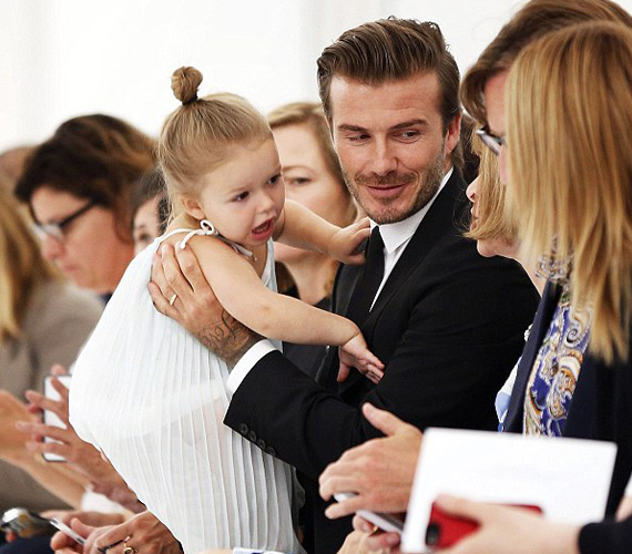 Harper, a divatguru: nem véletlen, hogy édesanyja Victoria Beckham, aki énekesnőből avanzsált divattervezővé, a kicsi lány ereiben is ott csörgedezik a divat iránti érdeklődés. A fotón látható divatbemutatón például Anne Wintournak, az amerikai Vogue főszerkesztőjének próbál elmagyarázni valami bizonyára fontosat.