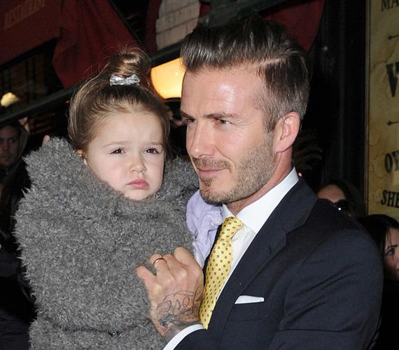 Harper, a hercegkisasszony: azért még mindig apa ölében érzi leginkább otthon magát a kicsi lányka, ha pedig fázik a keze, és ettől kicsit durcás, apukája kesztyű helyett a saját kezével melegíti meg a kis kacsót.