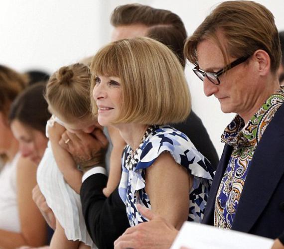 Anna Wintour szélesen mosolygott, a háttérben Harper Beckham pedig az édesapjával küzdött.