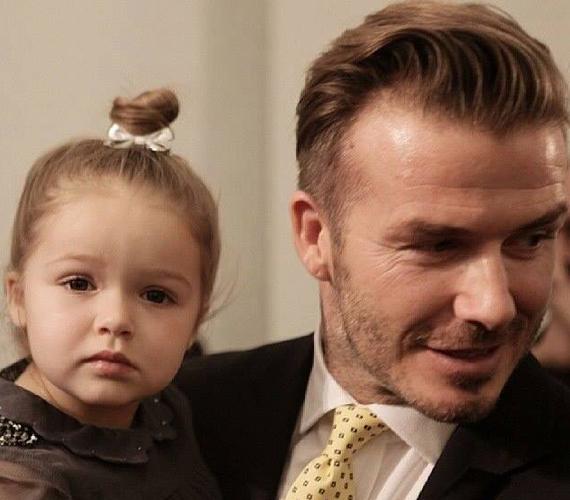 A kétéves Harper Beckham az ujja köré csavarta az újságírókat és természetesen édesapját is.