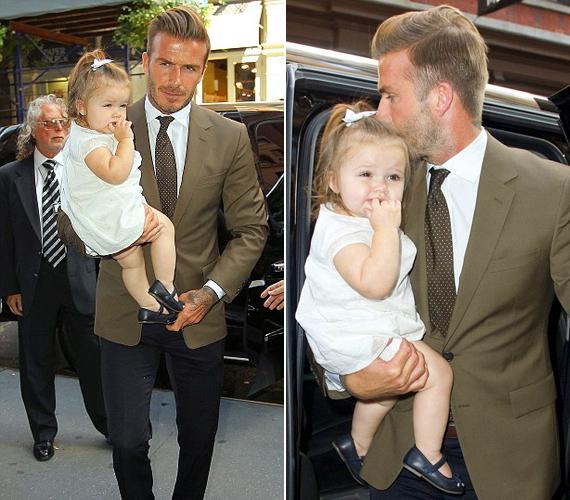 A kislány megjelenésére szülei megint nagyon ügyeltek: lányos frizurája mellé cuki kis ruhát és balerinacipőt kapott.