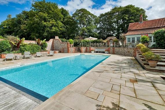 A házhoz tartozik egy hatalmas medence, ami a nyári bulik elengedhetetlen kelléke - nem is csoda, hogy Harry választása erre a házra esett.