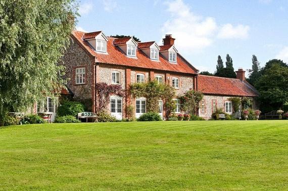 Helyileg sem választhatott volna jobban, ugyanis a ház csupán 27 kilométerre van Katalin hercegné és Vilmos herceg Anmer Hall-i otthonától.