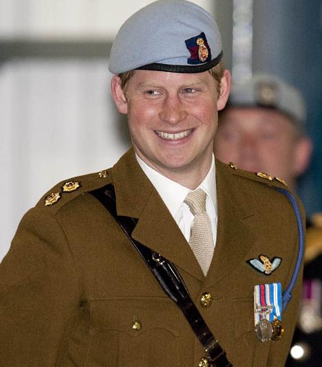 Pilótának képezték ki  A jóképű herceg talán egyenruhában mutat a legjobban. Harry komoly katonai kiképzést csinált végig, hivatalosan helikopterpilóta, az Army Air Corps kötelékének tagja.