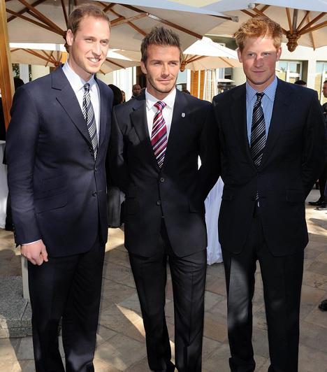 Sztárként rajonganak érte  A két fivér, Vilmos és Harry nagyon közel kerültek egymáshoz a tragédia és a médiacirkusz után, folyton viccelődnek és ugratják egymást, és azt sem bánják, ha olyan sztárokkal fotózzák őket, mint David Beckham.  Kapcsolódó cikk: Előkerült fotó! Vilmos és Harry herceg, ahogy még senki sem látta őket »